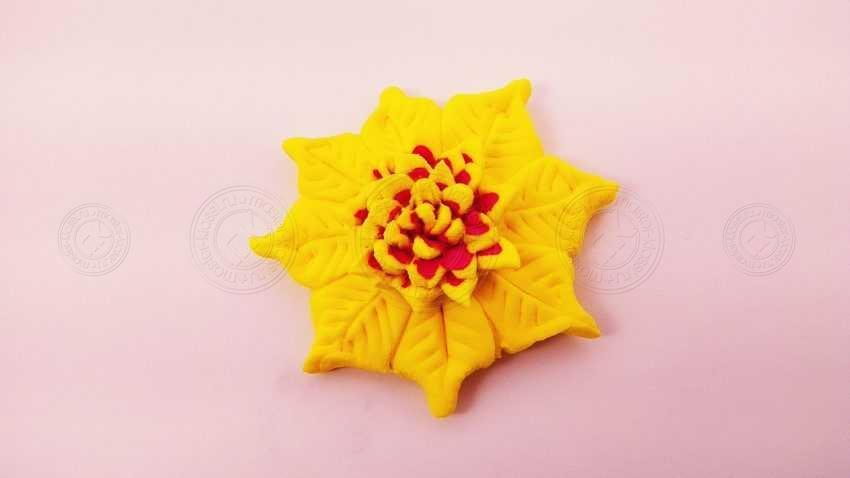 Желтый цветок из легкой глины с двухцветной серединкой — легкая инструкция для начинающих